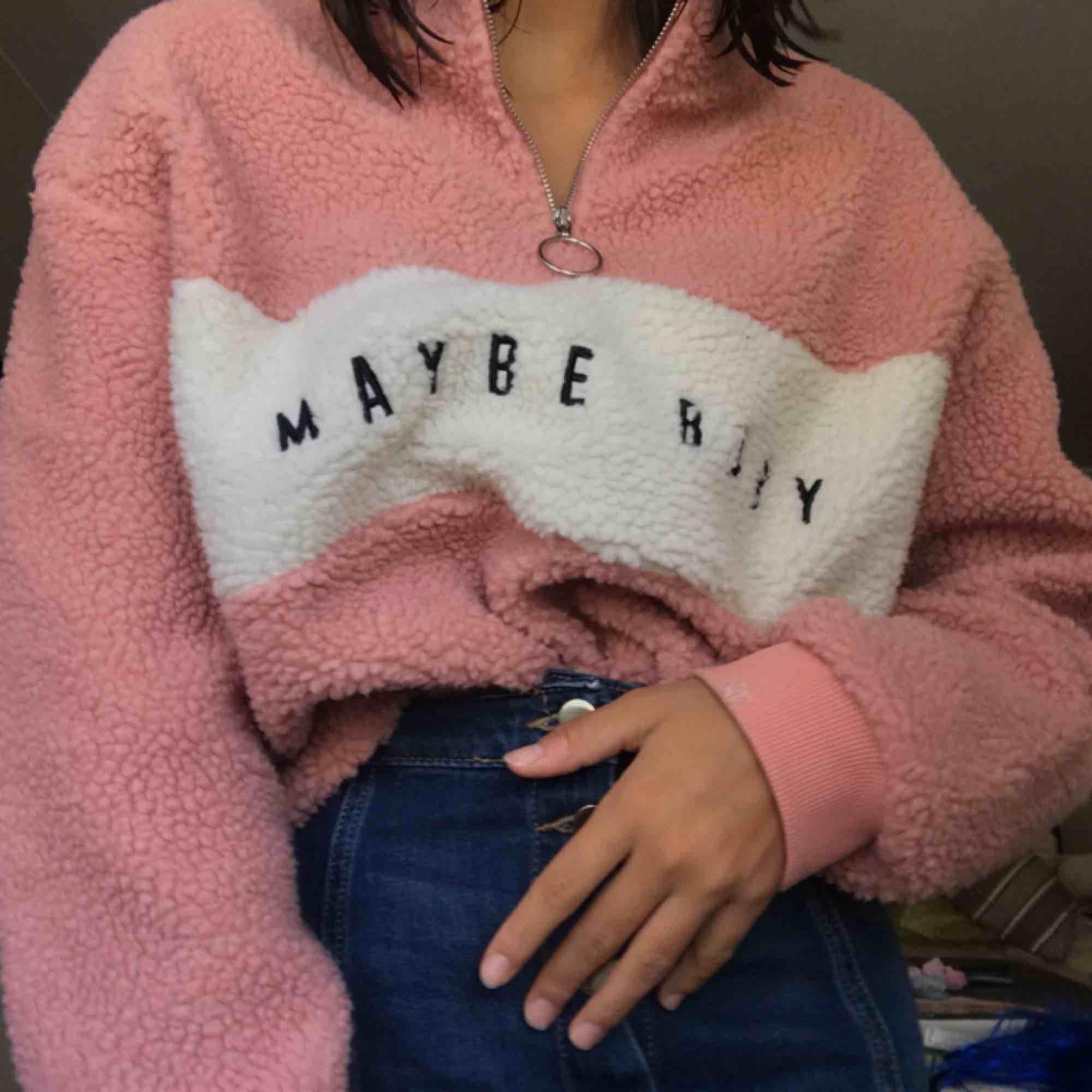 Världens mysigaste tröja! Passar inte riktigt min stil men tycker verkligen den är sjukt söt. Priset går att diskutera. Möts upp i Stockholm annars står köparen för frakten. Kolla gärna in mina andra kläder!. Huvtröjor & Träningströjor.