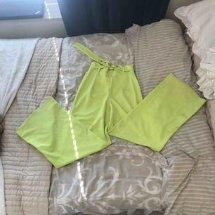 Så snygga neon byxor med skärp i midjan ifrån Berska. Storlek S. Utsvängda ben. Dom är lite smutsiga nedtill i benen (syns på bild 3) går nog att få bort om man försöker.