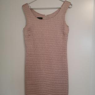 Pärlrosa klänning (inkl frakt) köpt för flera år sedan, endast använd 2 gånger. Köpte den för ca 800 kr