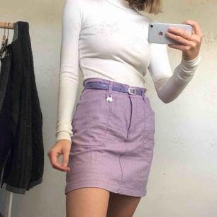 Lila och vit-rutig kjol med insydda underbyxor! Storlek 38 men är typ oversized ? - funkar i alla fall snyggt med skärp som jag har på bilden. Annars är det bra sömmar som gör det enkelt att ev. sy in. Köpare står för frakt.
