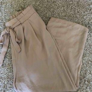 Ljusrosa byxor från Zara.
