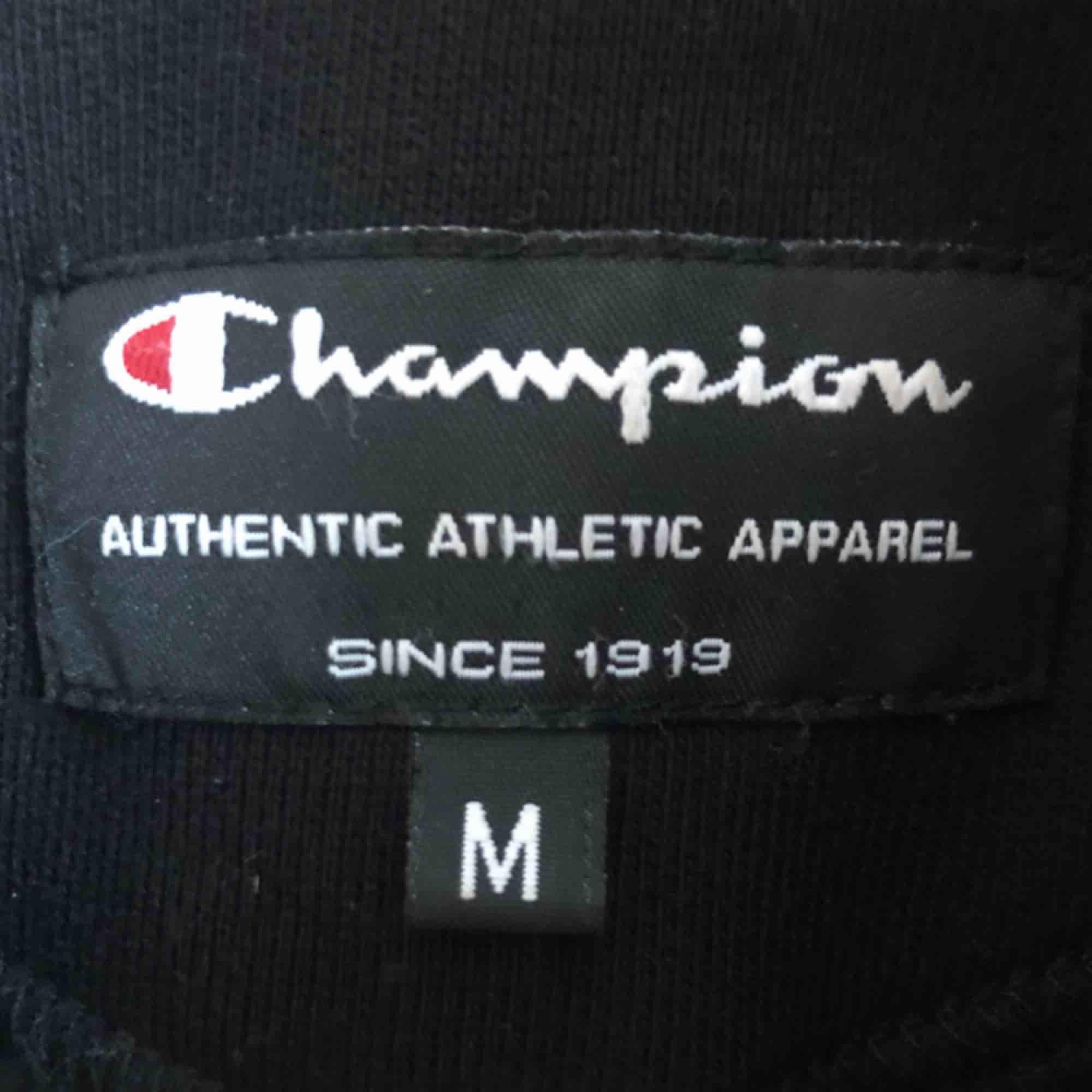 Hoodie med dragkedja från champion i storlek M! 150kr + frakt. <3. Huvtröjor & Träningströjor.