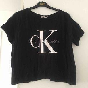 Kortare tischa från Calvin Klein. Endast använd nåra gånger, säljer pga detta. Trycket har spruckit lite men inget som stör tycker jag (se bild). Köpt på Campadre för 330kr.   📬 Pris för tröjan inklusive frakt: 192 kr