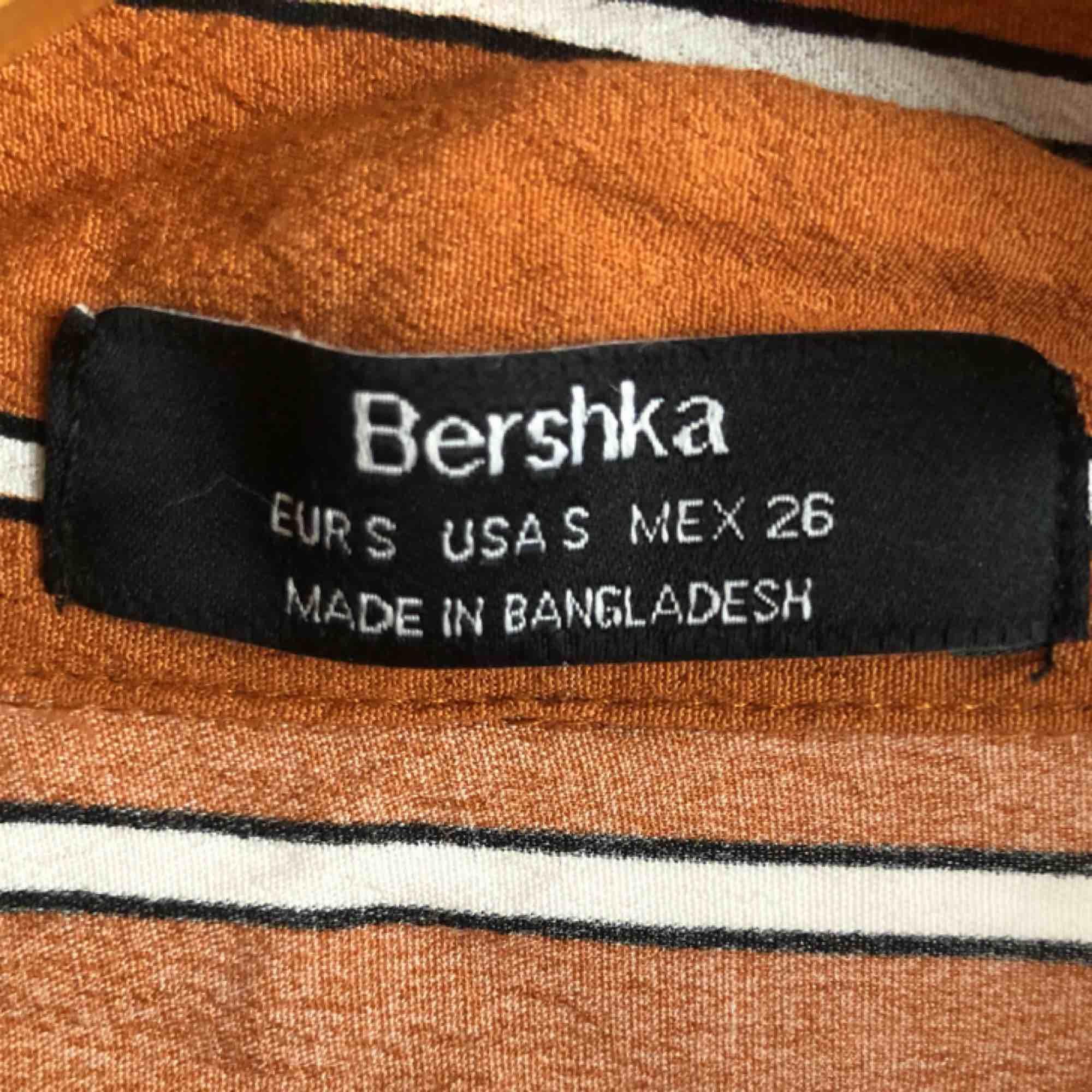 Orange randig superfin blus från bershka! Väldigt skrynklig på bilderna då den legat i min garderob ett bra tag..:(  120kr + frakt!<3. Blusar.