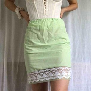 Grön underkjol med spetsfåll! Superhärlig och så fin färg. Tippar på strl S men passar XS-M beroende skulle jag säga. Köpare står för frakt!