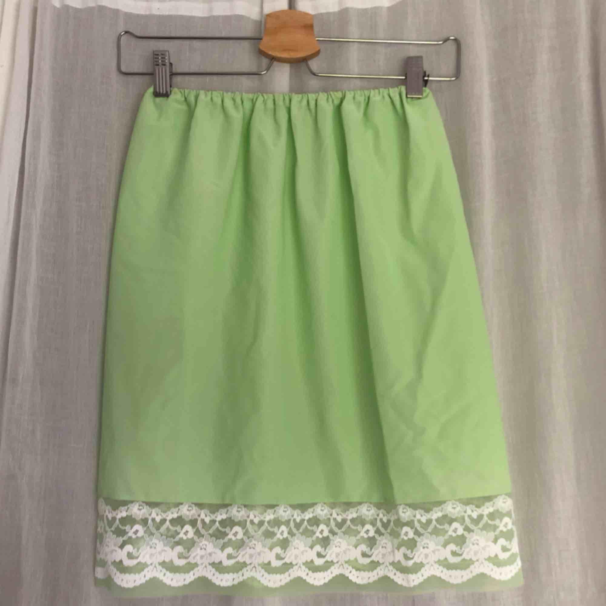 Grön underkjol med spetsfåll! Superhärlig och så fin färg. Tippar på strl S men passar XS-M beroende skulle jag säga. Köpare står för frakt!. Kjolar.