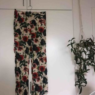 mönstrade byxor från hm. väldigt luftiga och sköna. resår i midjan