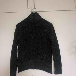 jättemysig stickad tröja i en mörkgrå färg från lager 157.