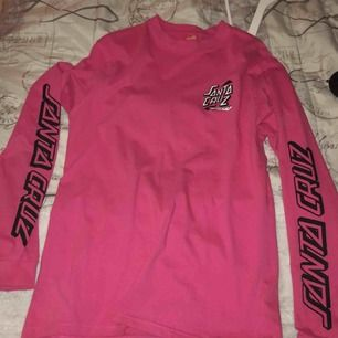 En as cool tröja från santa cruz, köpt för 400kr. Säljer pga att den inte kmr till användning tyvärr. Köparen står för frakt