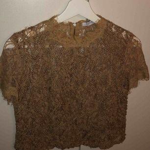 Jättesöt beige spets-top från Zara. Säljer pga att den blivit för liten, jag är normalt S-M. Köparen står för frakt.