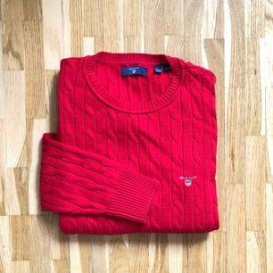 Röd stickad Ralph Lauren. Skulle säga att storleken är en vuxen XXS-XS. Tröjan är nästintill NY!