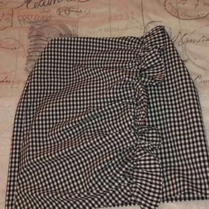 En skit ball kjol med snygga detaljer från Gina. Säljer för att den aldrig kommer till användning.