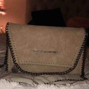 Säljer en riktigt snygg och fräsch väska som är en kopia av Stella McCartney. Använd max 3 gånger. Köpt för 300kr.