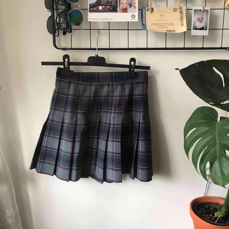 Jättefin kjol från American Apparel köpt här på Plick men har endast blivit använd av mig en gång sen dess. Fraktar mot porto 🌸. Kjolar.