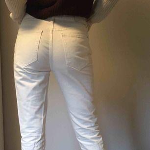 Vita snygga jeans från Mango! Använda typ 3 gånger. Frakt ingår i priset✨