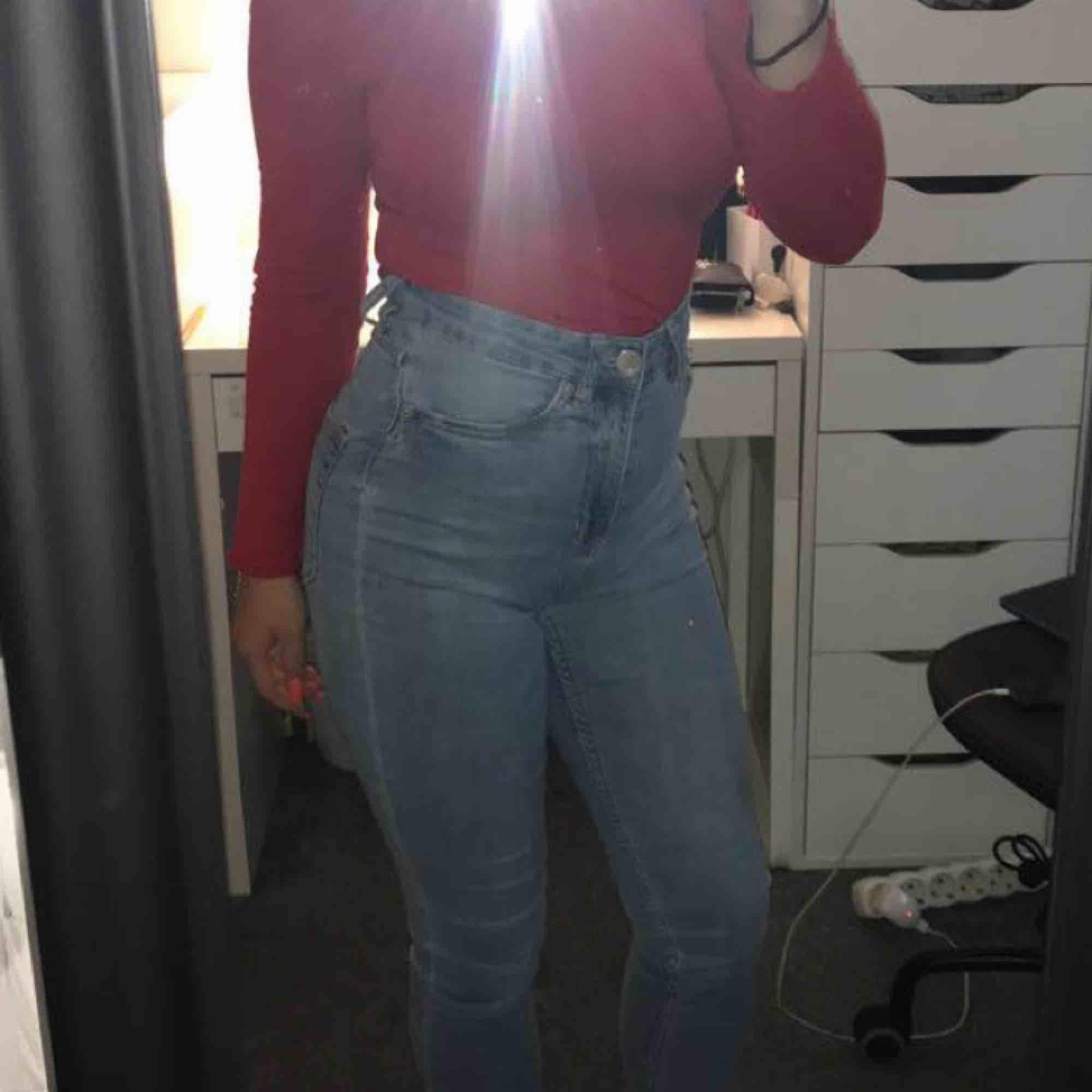 Säljer dessa högmidjade jeans från lager 157 pga att jag inte använder dem. Jeans & Byxor.
