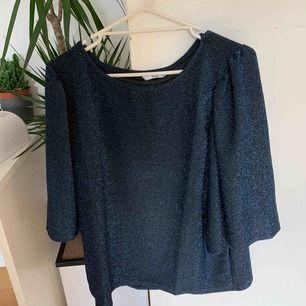 Glittrig tröja  Har själv använt den som festtröja men inget man märker av nu i efterhand  Jag har själv storlek S.