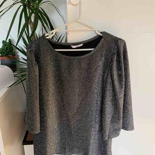 Glittrig tröja Färg grå Har själv använt den som festtröja några enstaka gånger men inget som syns nu i efterhand  Jag har själv storlek S så ni ser ju hur den sitter på mig