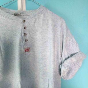 Så fin Levis Vintage tshirt i ljus pastellblå.