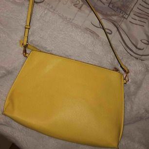 Super cool väska från H&M, knappt använd. Köparen står för frakt.