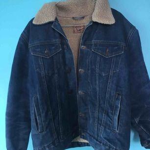 Vintage fodrad Rocky-jeansjacka. Mycket fint skick! Varm och perfekt nu till hösten och vintern. Storlek L unisex men passar mig som är S fint som oversize.   Priset är prutbart. Kan mötas upp i Stockholm/Hägersten. Frakt betalar köparen!