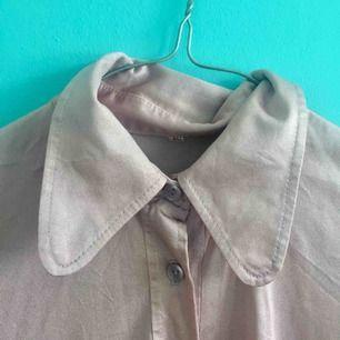 Vintage skjorta. Glansigt rosa tyg (mer glansigt än vad som syns på bilden). Storlek 40, men sitter fint även på mig som har XS/S.