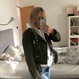 Säljer en sjukt cool och skön mockajacka från Zara i färgen militärgrön!💕  Storlek XS passar som S, jag är 167 cm lång.  Kan mötas upp i Stockholm, annars står köparen för frakt!