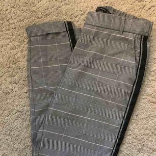 Snygga byxor från Zara som ej kommer till användning längre! Stl XS, 50kr + frakt. Fint skick!!