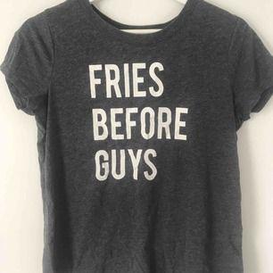 """Grå T-shirt med trycket """"fries befors guys"""". Jättefint skick!  Köparen står för frakten"""