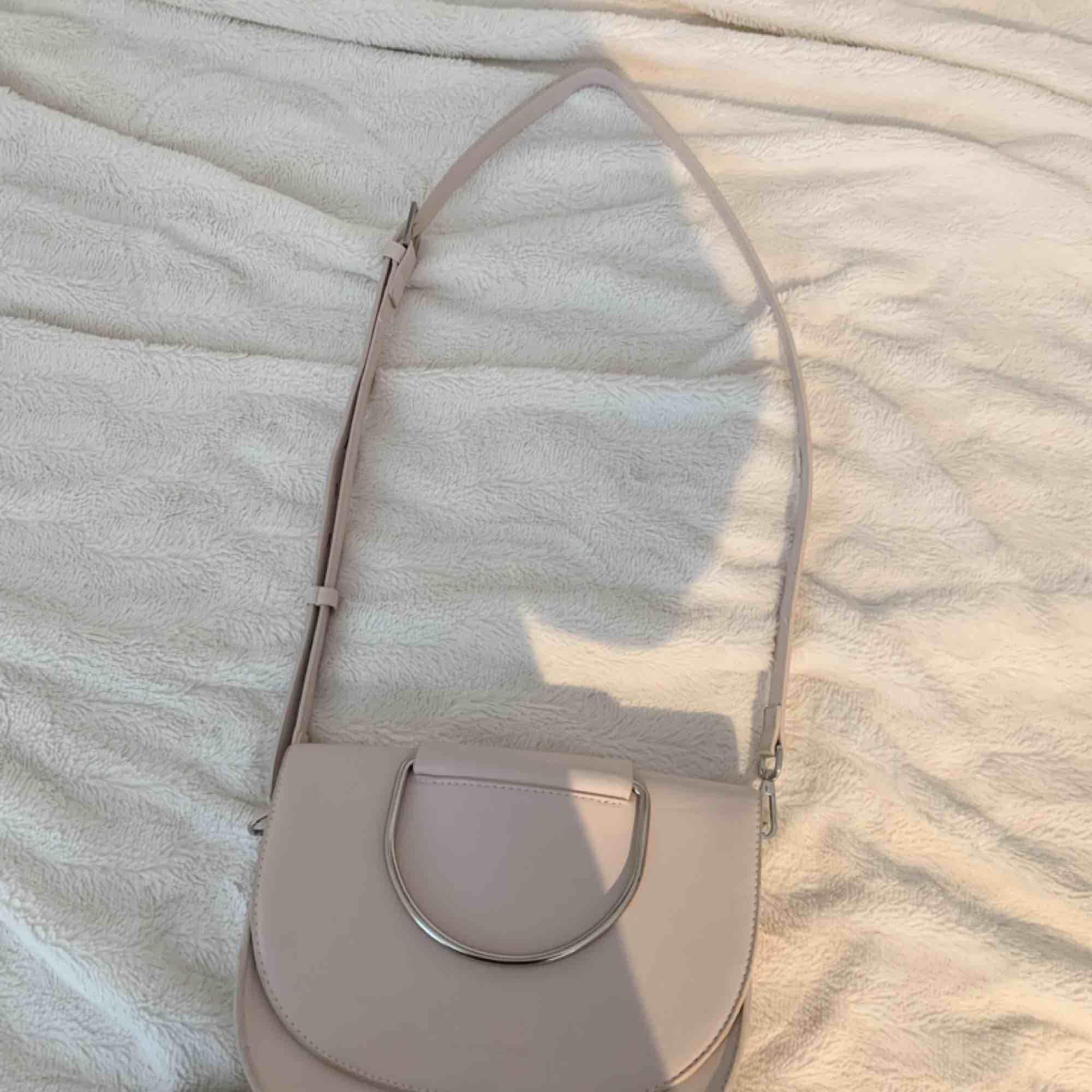 Säljer min knappt använda Carin Wester väska, i lite ljus ljus rosa färg! I superfint skick! Köparen står för frakt, ca 50 kr. Väskor.