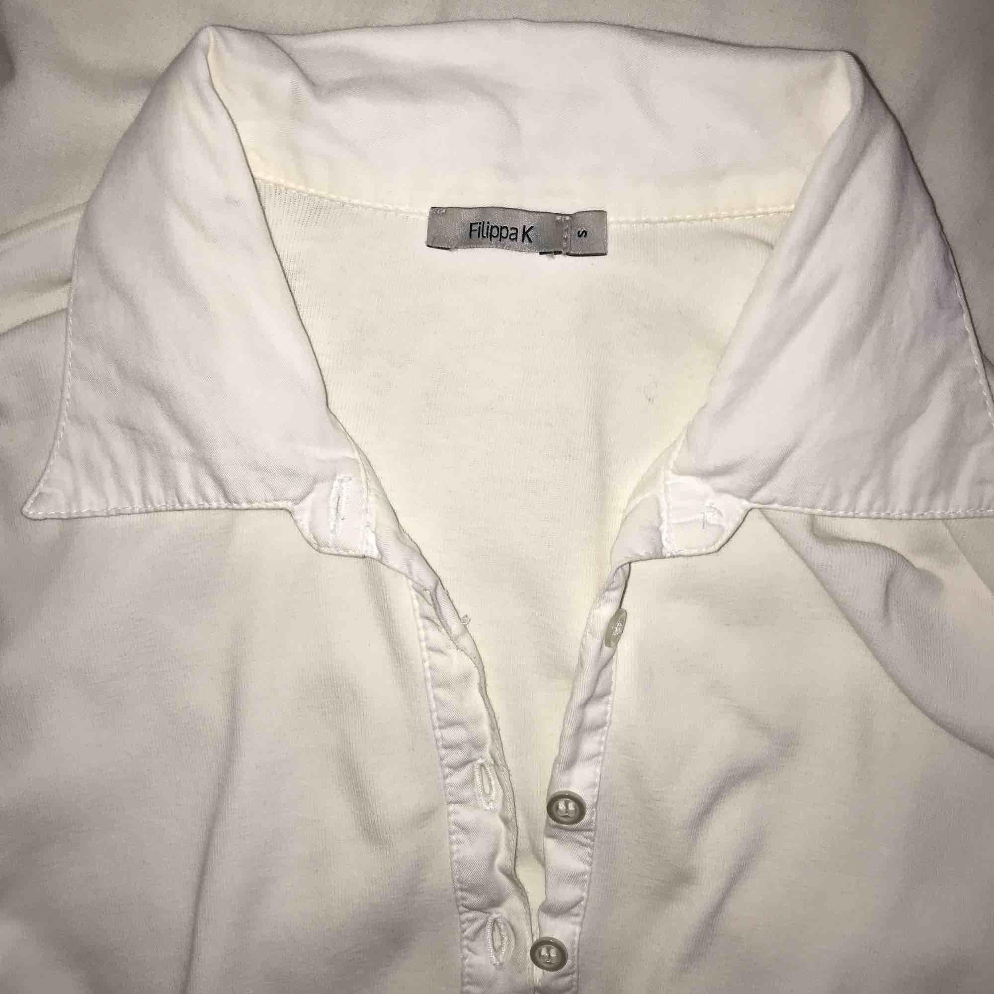 Jättefin Filippa k tröja som passar till allt och med ett guldhalsband i den öppna kragen är looken perfekt. . Övrigt.