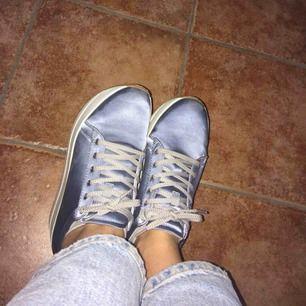 Så coola skor köpta från Vagabond. Köptes för 799 och endast använda en gång. Fraktkostnad tillkommer. 💙🦋🙃