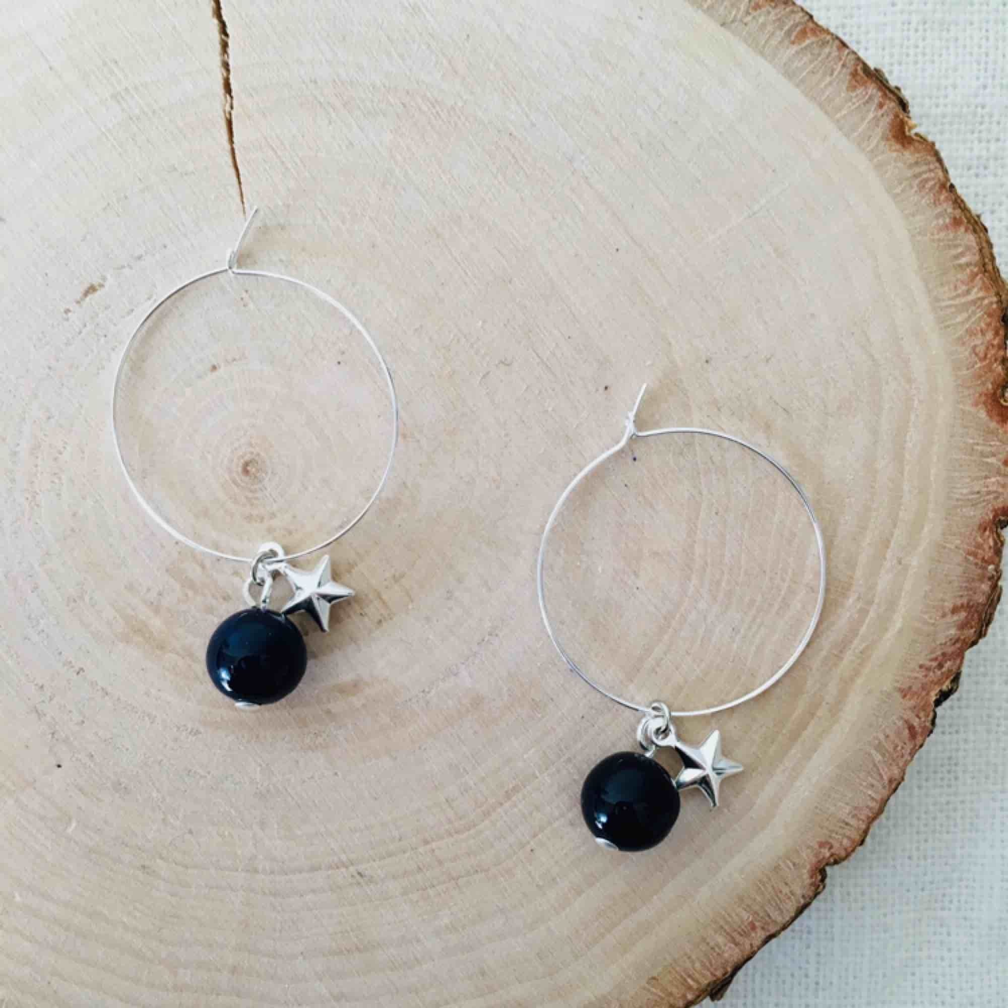 Egendesignade hoops med mörkblå sten och ministjärna. Frakt 9 kr💫 Nickelfria. Accessoarer.