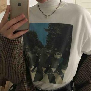 Så snygg vintage Beatles t-shirt från LTrainVintage Manhattan 💋 Den är så aesthetic och cool till hösten 👼🏼 Den ger mig visioner av att gå till en pumpa odling 🍁 Frakten betalar köparen ✨
