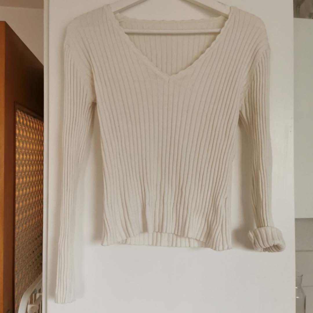 Jättefin vit tröja, står ingen storlek i men skulle säga gissa att den passar från xs-m då den är stretchig i tyget. Frakt ingår i priset 🌺. Tröjor & Koftor.