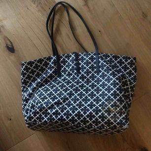 Malene Birger väska nypris 2395:-, använd så sliten! baktill har färgen bleknat, hål vid sidan nertill som på bilden och nån liten repa där delar av färgen tappts fram. Annars väldigt snygg väska som piffar upp en outfit! Kontakta för mer info om behövs!