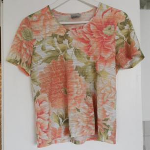 Blommig t-shirt, strl 38 men sitter bra på mig som har xs-s, frakt ingår i priset 🌺