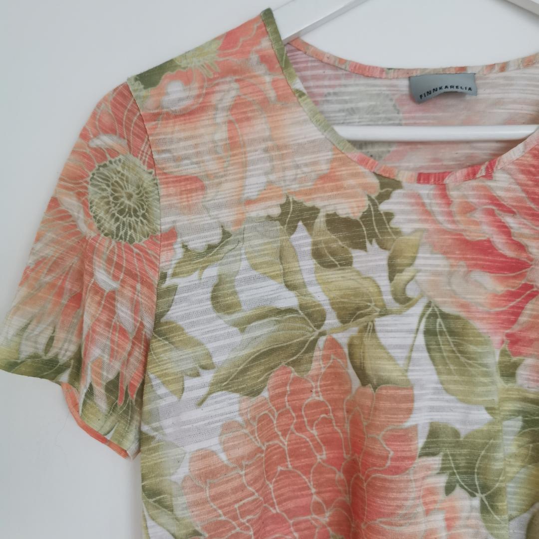 Blommig t-shirt, strl 38 men sitter bra på mig som har xs-s, frakt ingår i priset 🌺. T-shirts.