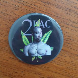 90tals Tupac pin! Kul accessoar på väskan eller tröja👌 kan skickas annars finns i Malmö. Frakt ingår