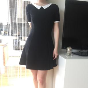 Tidlös retro klänning, lite tjockare tyg och perfekt nu i höst🍁Oroligt vacker, och i fint skick! Märkt M men skulle säga S! Frakt: 63:- Spårbart! Fraktar Endast.