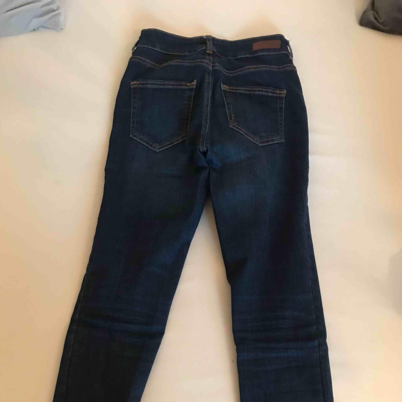 Mörkare jeans ifrån pieces som är köpta på vero moda. De är i väldigt bra skick och är inte ens använda 10 ggr, de köptes för ca 400-500kr. De är väldigt stretchiga så passar nog de flesta runt Xs-M. Jeans & Byxor.