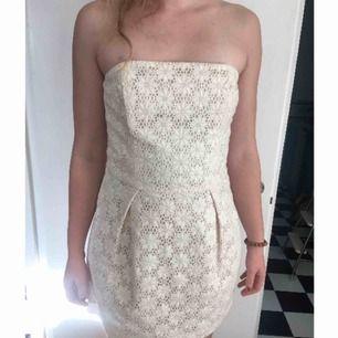 Kort vit klänning