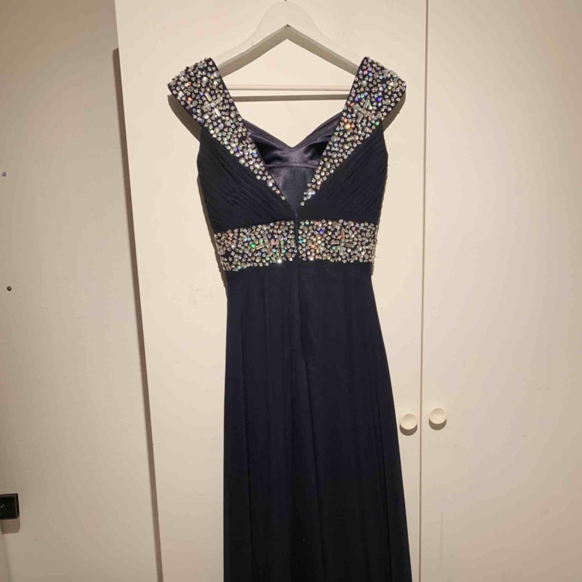 Säljer min marinblåa superfina helt oanvända balklänning som bara har hängt i min garderob, köpte den för ca 1200 kr men då jag bara vill bli av med den nu så säljer jag den för 400 kr! . Klänningar.