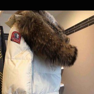 Äkta PSJ lång bear jacka äkta päls  Storlek 36  köpt januari 2019.  Kvitto. Tags finns  Använd lite fläckar kan kemtvättas  a Hämtas kan frakta spårbar köparen betalar 65 kr frakten