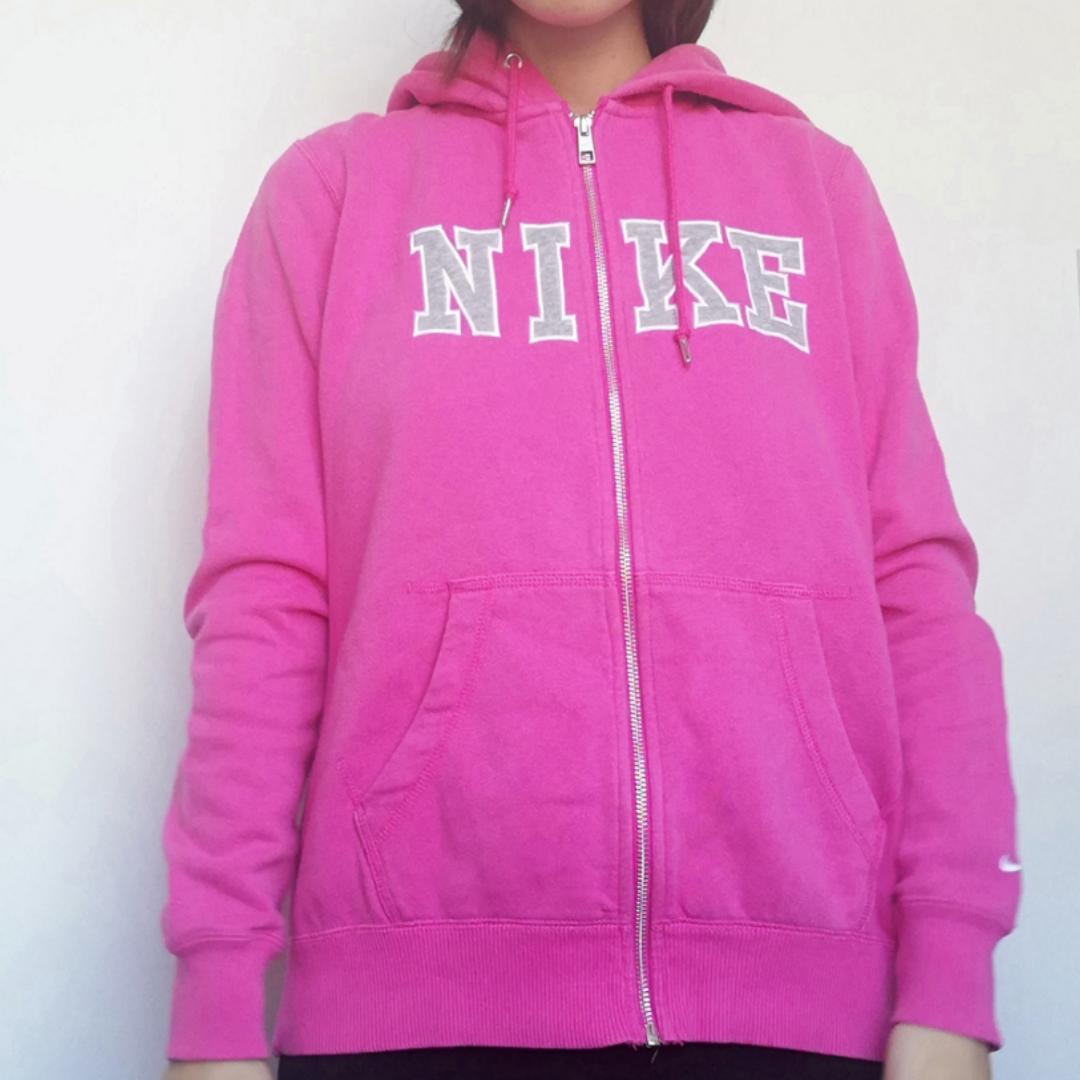 Rosa vintage 90s Nike zip-hoodie i stl L. Är nog tänkt att vara en tightare hoodie eller så är det barnstorlek men på mig som har XS blir den relaxed. Frakt 63 kr. . Huvtröjor & Träningströjor.