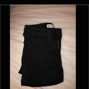 Super snygga svarta Molly jeans från Ginatricot😝 dom är lite använda men kommer i ett super bra skick ändå:) nypris : 299kr ( frakt tillkommer )💓