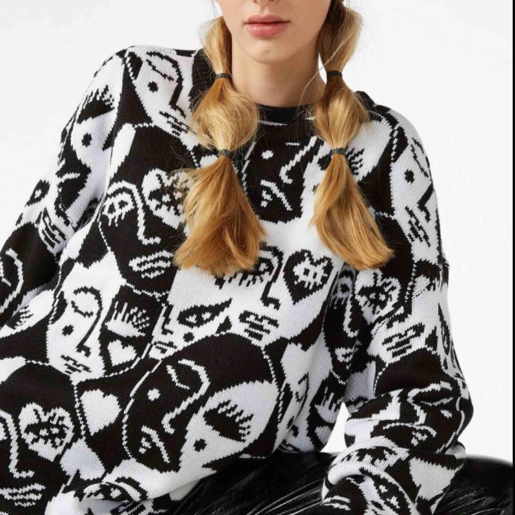 Jättefin stickad tröja ifrån monki! Säljer pga används ej. Fint skick!🦋 . Stickat.