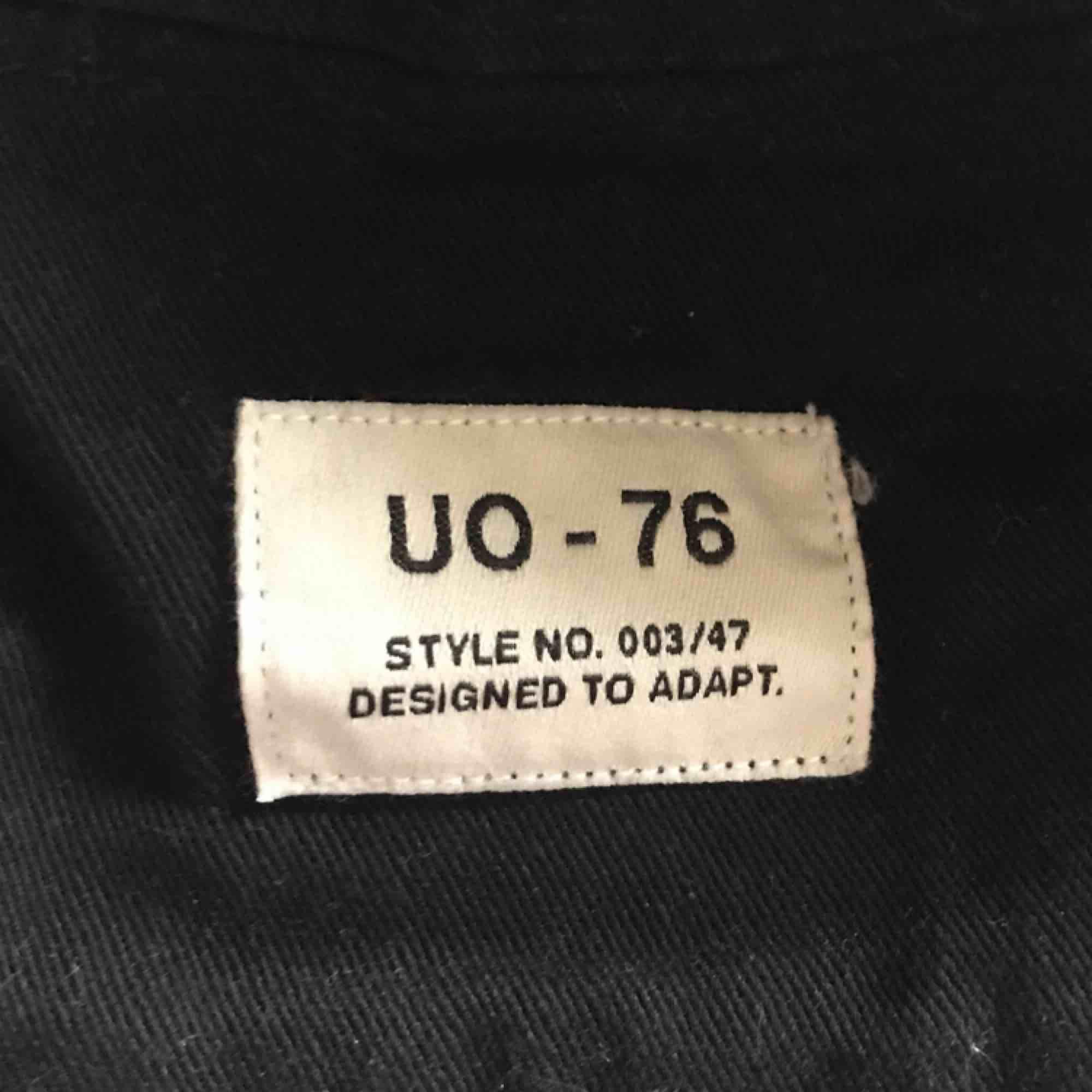 fett cool bucket hat från urban outfitters köpt för typ 230kr :)) säljer då jag ej hann skicka tillbaks den då jag inte passade i den<33 som sagt har jag inte använt den alls så är i väldigt fint skick. Accessoarer.