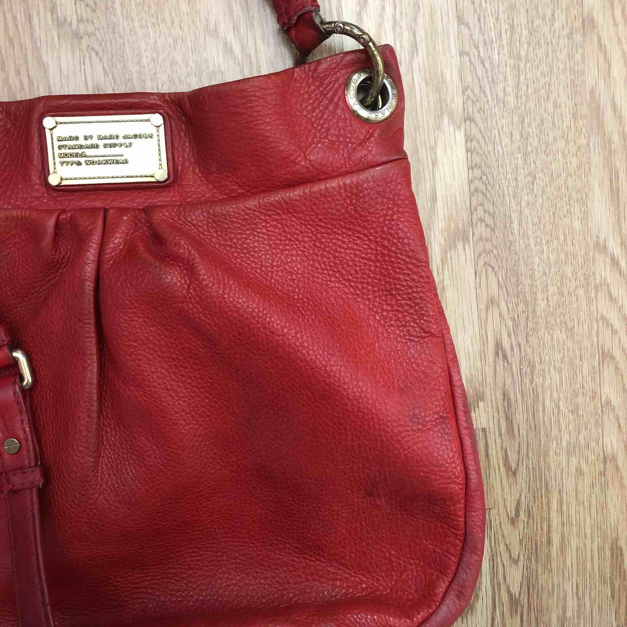 Välanvänd väska från Marc Jacobs, fortfarande väldigt fräsch inuti! Använd, men har mycket kvar att ge. . Väskor.