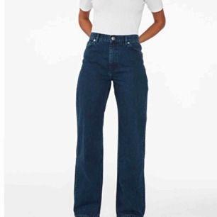 Jag säljer dessa JÄTTESNYGGA vida jeans från monki. De säljs då jag råkade beställa en för stor storlek. Frakten ligger på 72kr och den delar vi på
